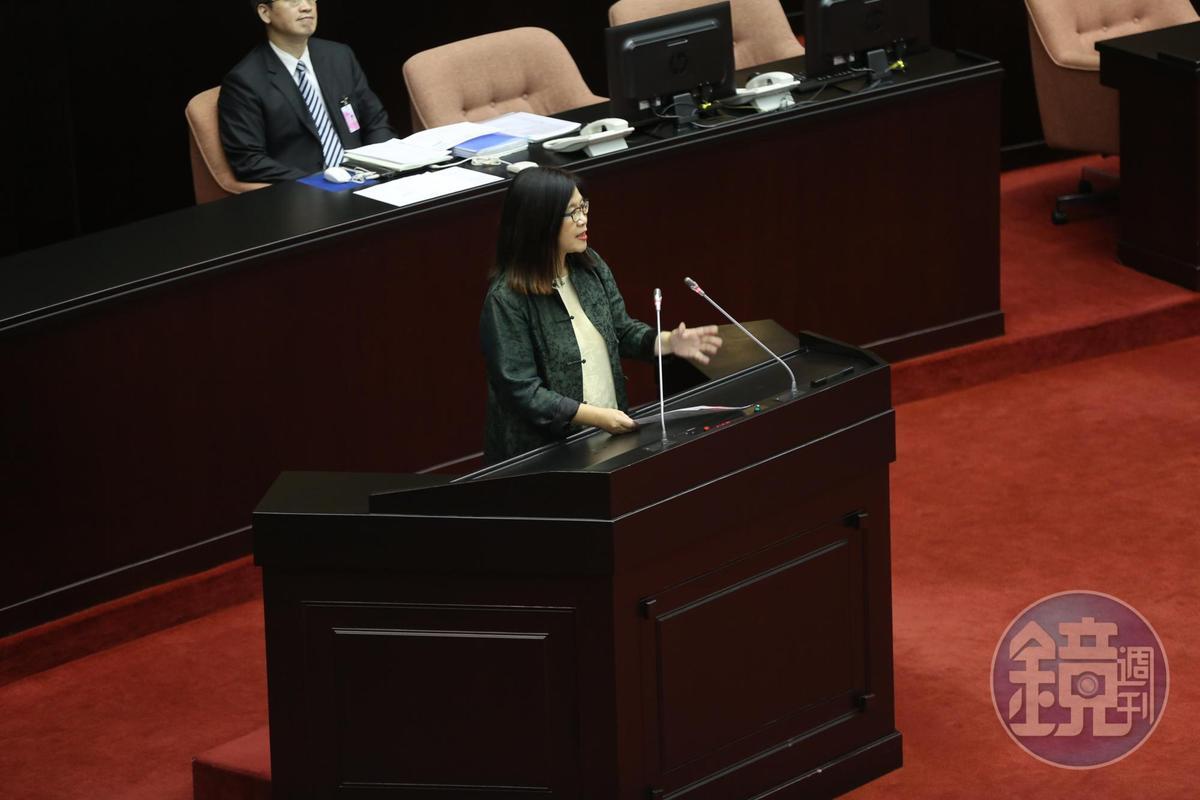 民進黨團幹事長管碧玲表示,提出再修正版本,是為了讓法案可以通過,不能把問題丟給人民、公務員。