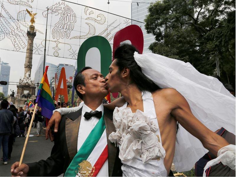 墨西哥力挺同婚的示威者假扮成新郎與新娘。(東方IC)