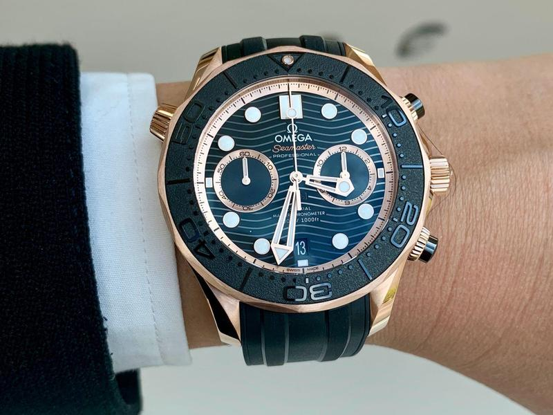 歐米茄在SWATCH集團的Time To Move錶展上發表2019最新作品。圖為海馬系列潛水300米Sedna金大師天文台計時腕錶,建議售價NT$848,000。