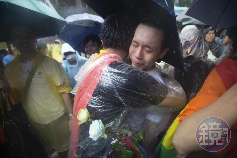 立法院今日表決同婚專法,第4條通過確定了同性可以登記結婚,場外民眾開心擁抱。