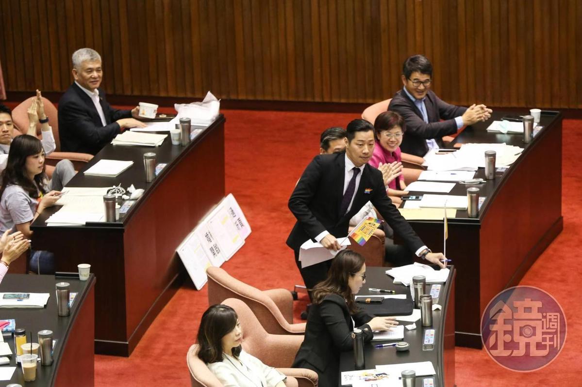 立法院今日表決同婚專法,第4條通過確定了同性可以登記結婚,台灣成為亞洲第一個同意同性結婚的國家。