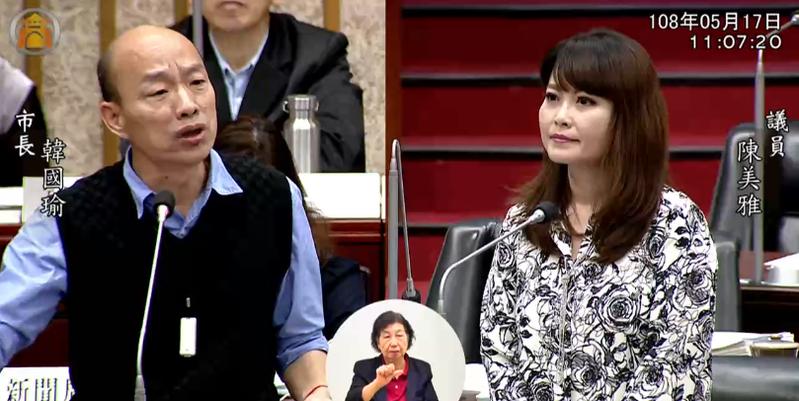 高雄市長韓國瑜(左)今赴議會質詢,回答議員陳美雅(右)提出的問題。