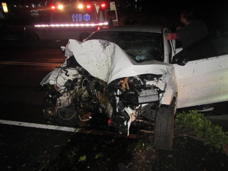 因撞擊力道猛烈,自小客車頭嚴重凹陷受損。(警方提供)