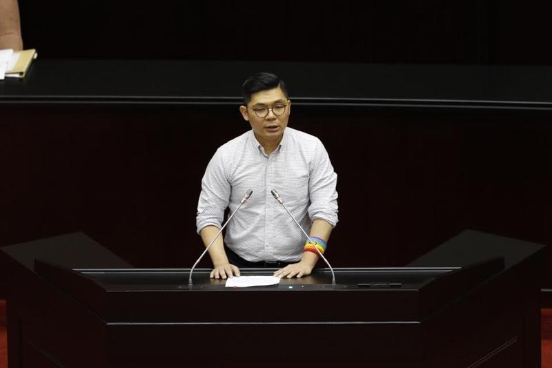 國民黨立委許毓仁認為同婚議題不該為政黨所綁架,投下同意票。(翻攝自許毓仁粉絲專頁)