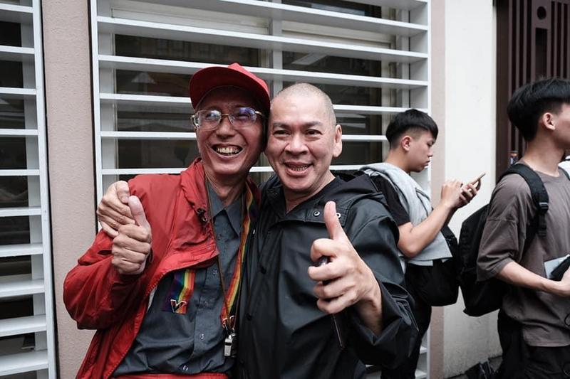 導演蔡明亮下午現身青島東路上的挺同現場,和台灣彩虹老將祈家威(左)相擁。(翻攝自蔡明亮臉書)