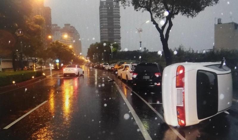 白色賓士撞上停在路邊的車輛,波及前方三輛車。(警方提供)