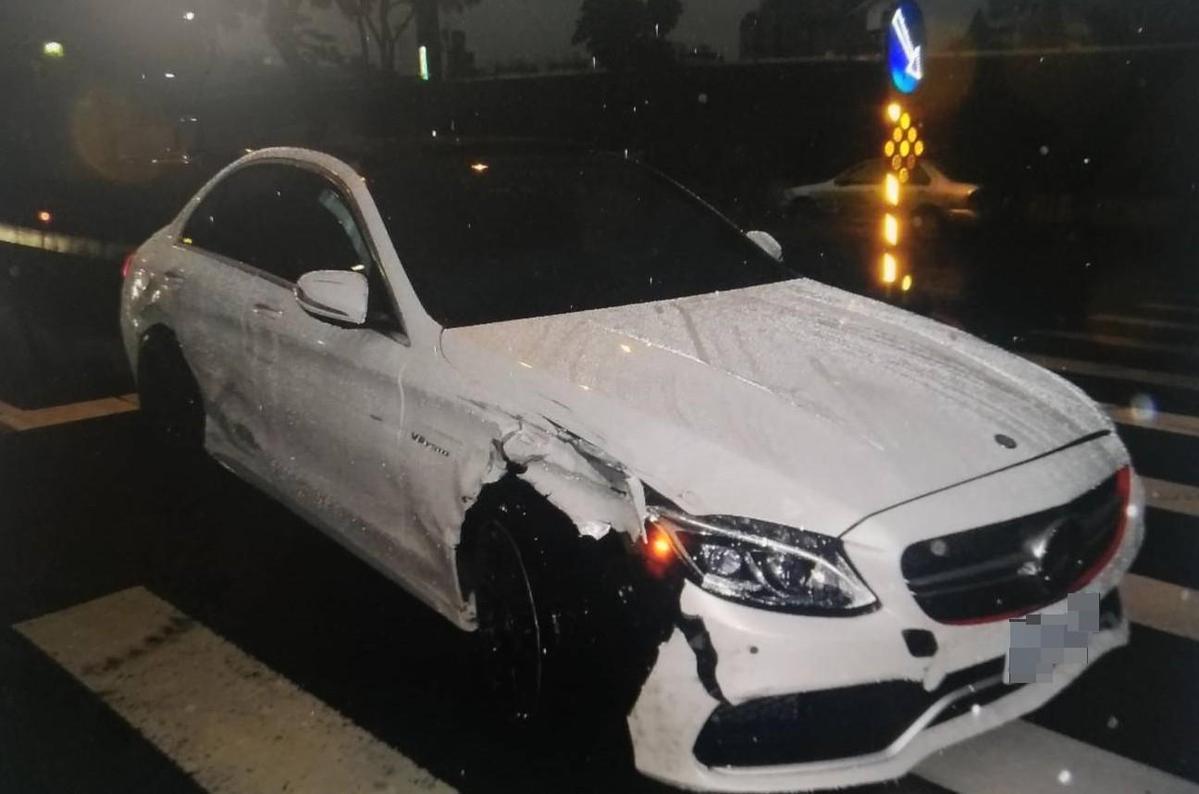 賓士車追撞路邊停車格車輛,造成1人輕傷、5台車子受損的意外。(警方提供)