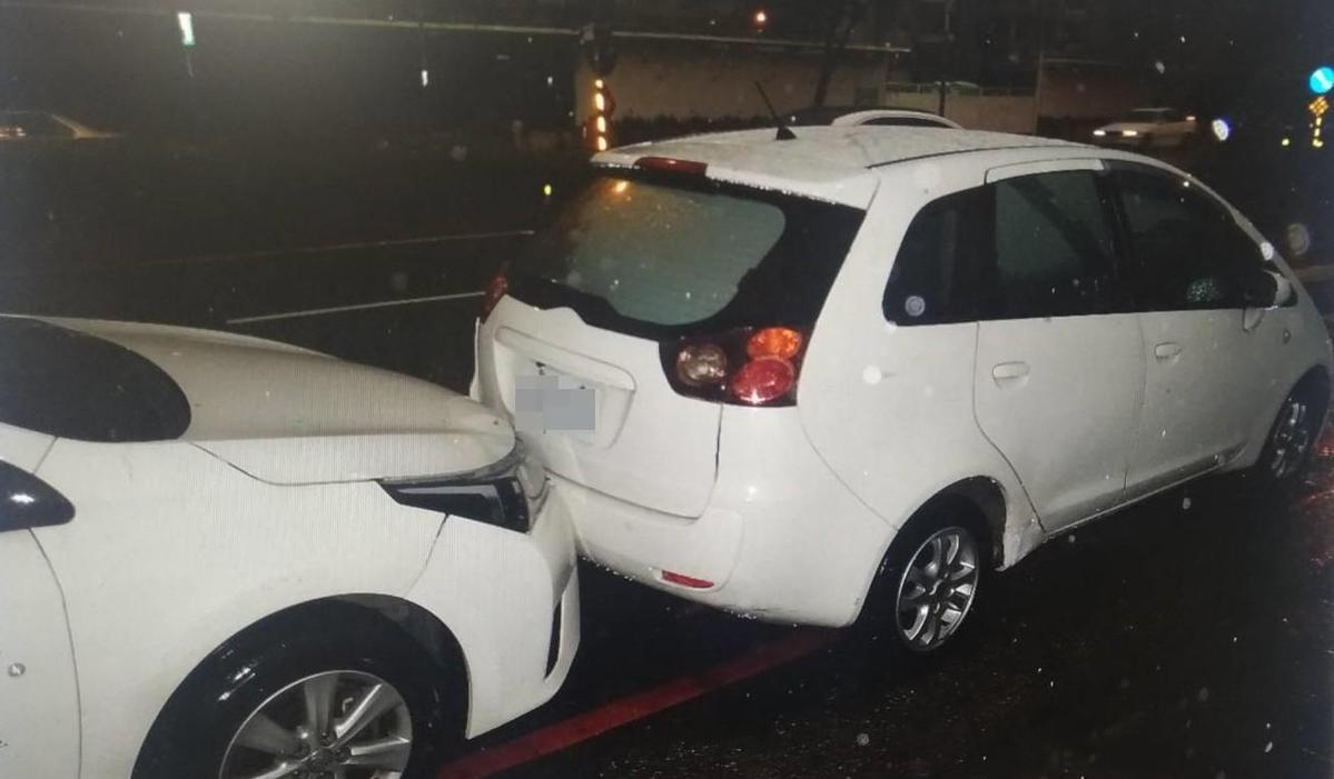 被撞車輛因撞擊力道過大之故又往前追撞。(警方提供)