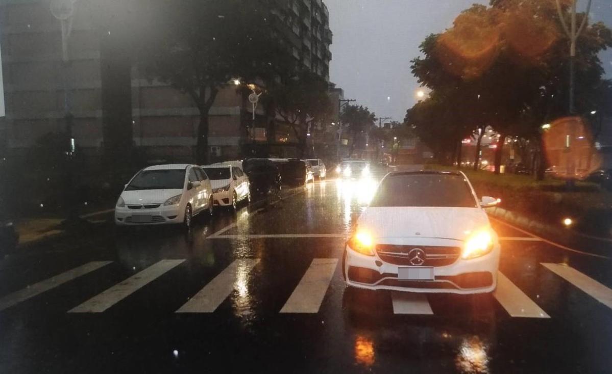 羅男所駕駛的車輛則因反作用力之故,又回彈到車道上。(警方提供)