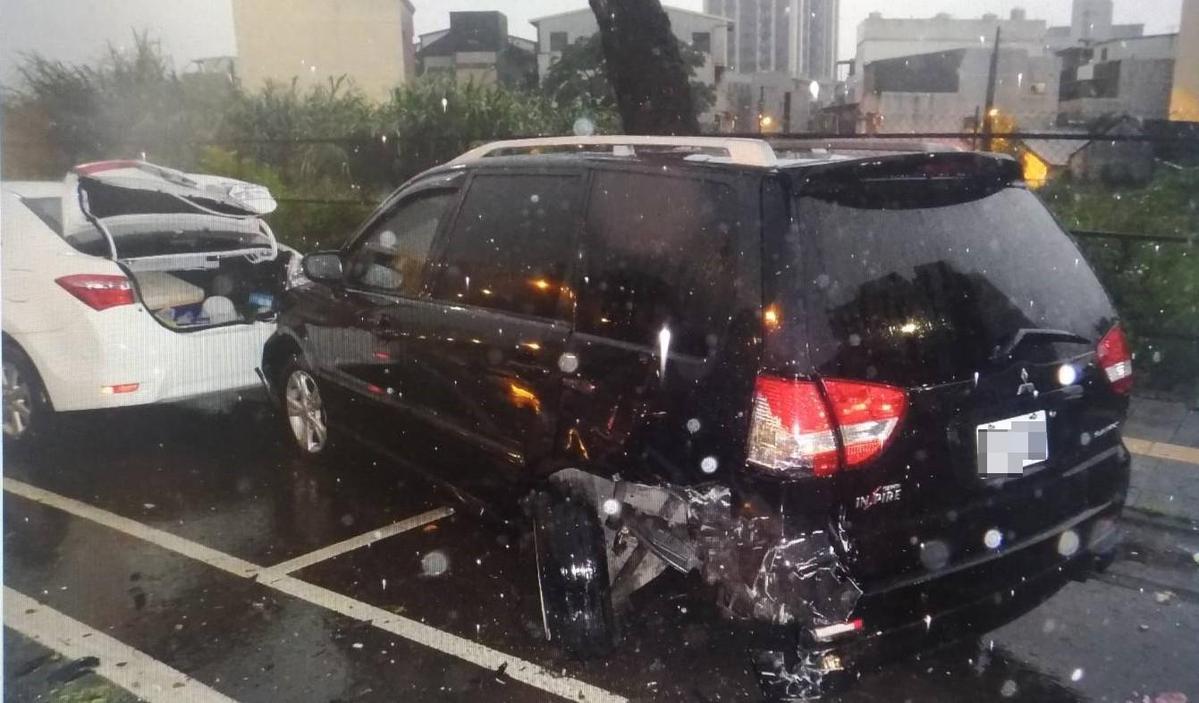 有些被害車主到場看到愛車慘狀,臉色相當難看。(警方提供)