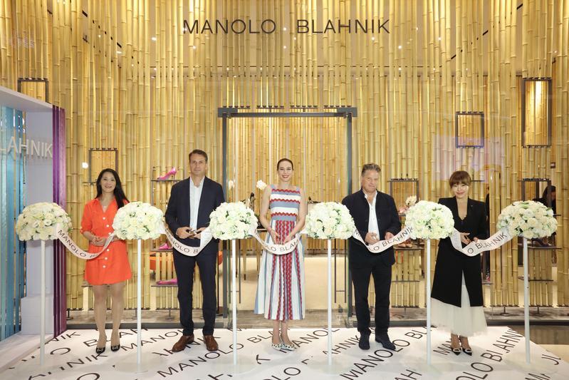 昨日Manolo Blahnik台北旗艦店開幕儀式,CEO Kristina Blahnik、微風集團策略長廖曉喬與藍鐘集團的長官一同剪綵,背後就是以竹林為概念的旗艦店。而廖曉喬腳上穿的,就是Manolo Blahnik的經典鞋款。(Bluebell提供)