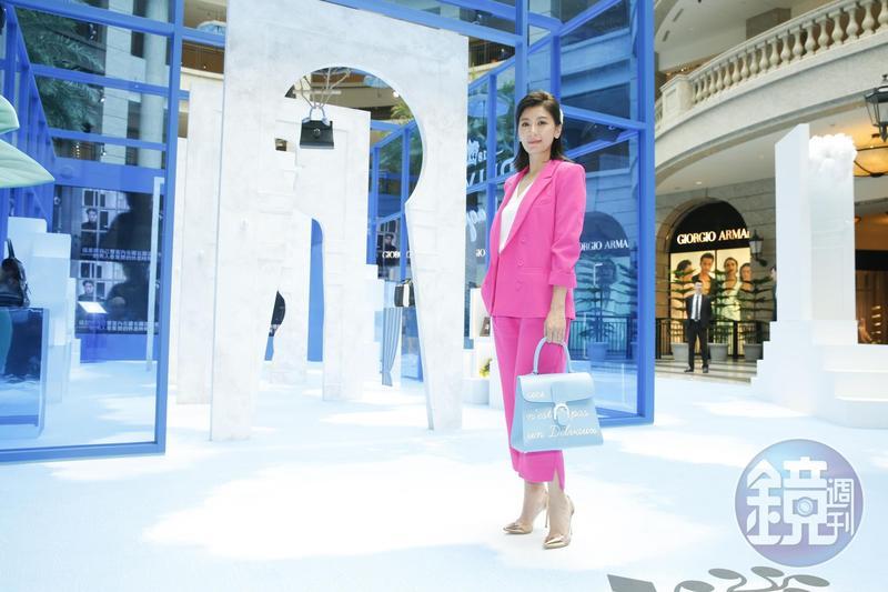 賈靜雯手拎Magritte系列天堂藍L'Humour中型牛皮肩揹包。NT$277,300