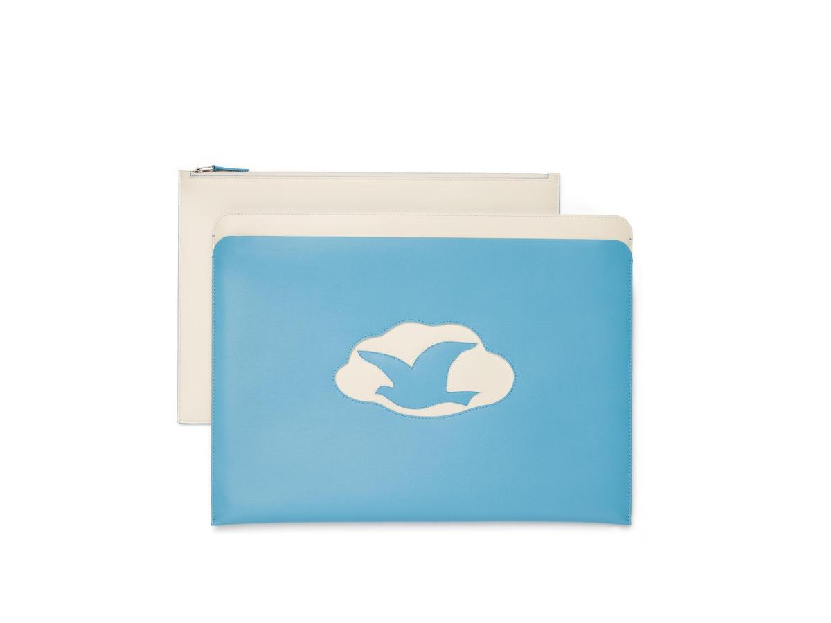 Magritte系列天堂藍雲朵白鴿牛皮手拿包。NT$63,100〈DELVAUX提供〉