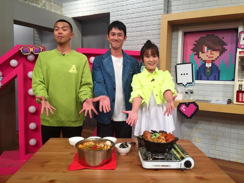 吳慷仁(中)難得上綜藝節目,與主持人黃鴻升(左)、海芬(右)節目中共享美食。(趣你的娛樂提供)