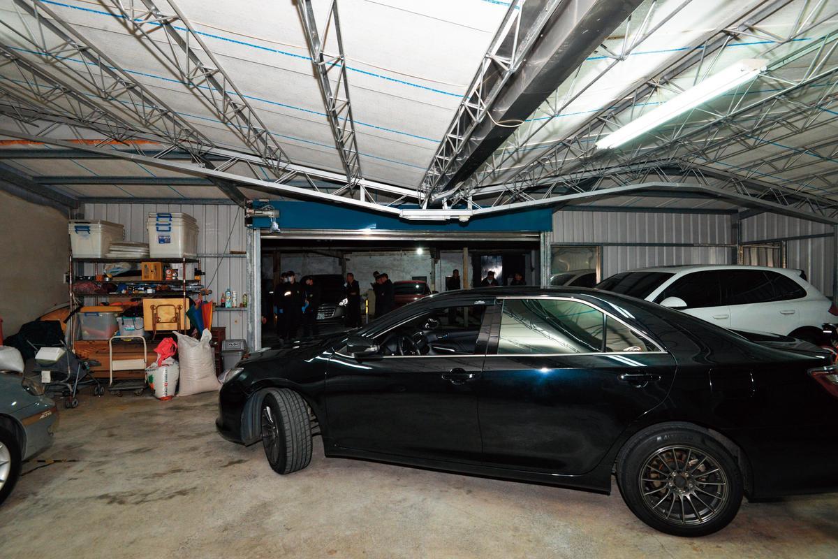警方對棄屍車輛進行採證時,車庫燈光一度暗了十秒鐘。(警方提供)