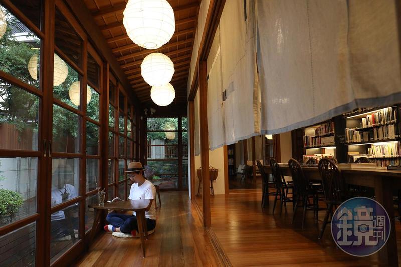 坐在「文房」窗前的走廊上看書,放眼戶外風景宜人。
