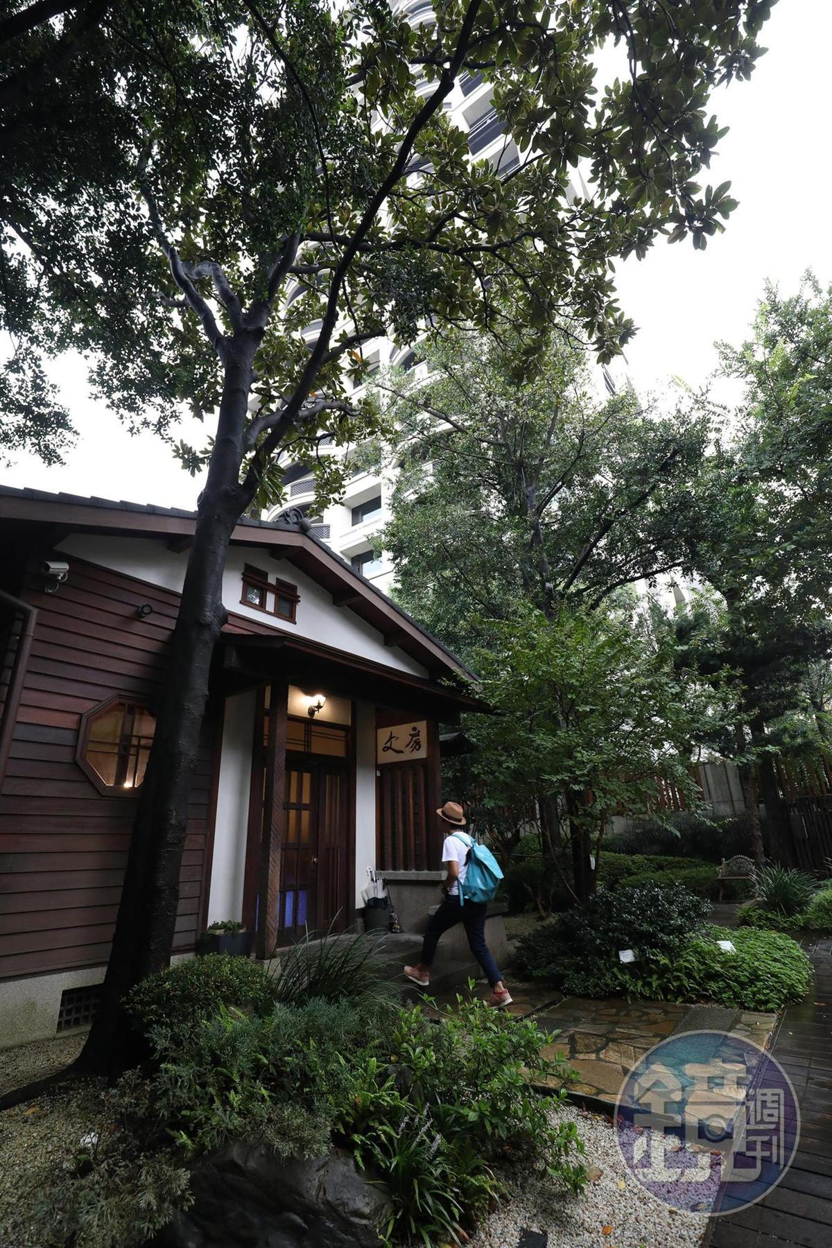 「文房」與四周的豪宅形成有趣的對比畫面。