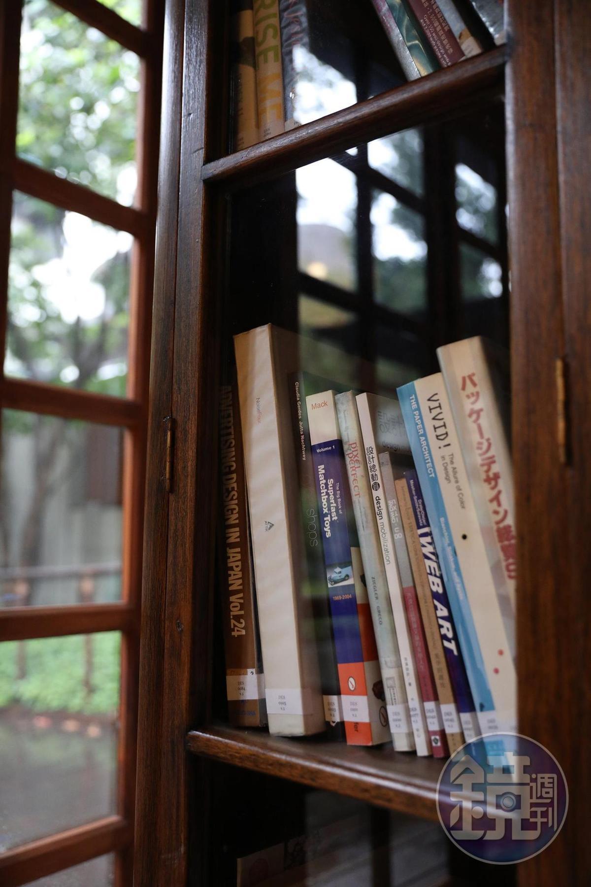 老屋擺滿各式書籍,大約有4,000多冊。