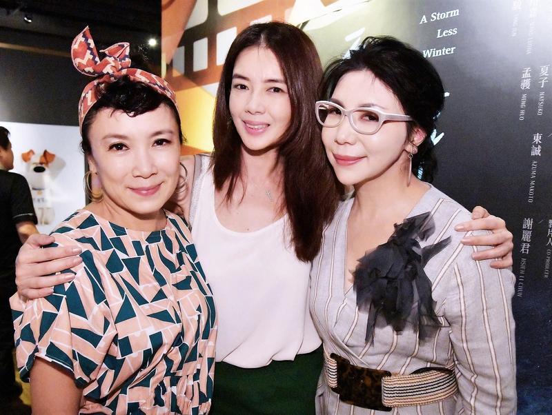 謝麗君(右)號召在台曾失婚過的好友林美貞(中)、謝麗金(左)和朱衛茵等一同欣賞電影《平靜冬日》。(艾迪昇提供)