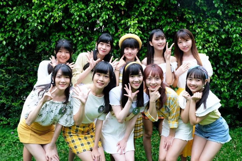 人氣女團AKB48 Team TP舉辦「綠草地上的約會」,20位團員身著黃色系主題服裝盛裝出席。(好言娛樂提供)