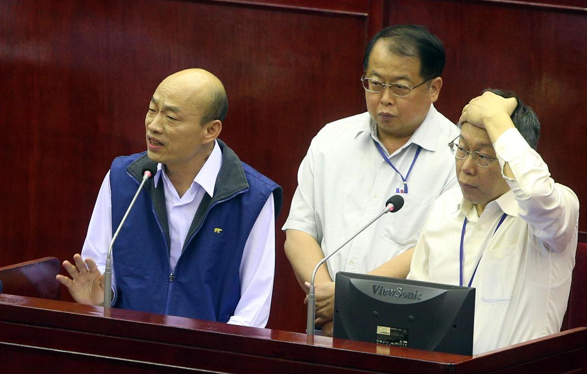 柯文哲(右)、韓國瑜(左)在社群媒體及電子媒體聲量各自領先,2人也被小英陣營設定為明年大選的假想敵。(中央社)
