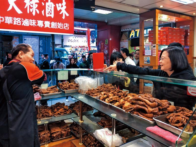 《小英去哪裡》系列行程從走訪西門町開始,小英在知名滷味店老天祿採購還被老闆虧是行家。(總統府提供)
