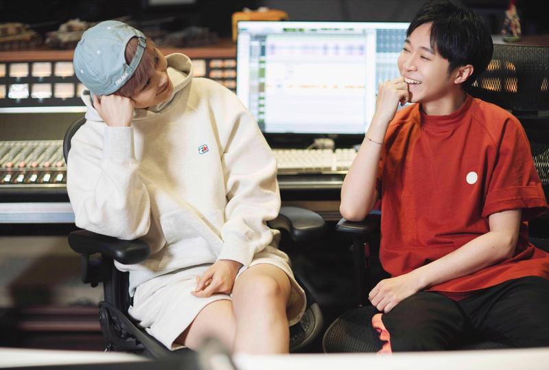 李宇春、吳青峰首度合作單曲〈作為怪物〉,一推出就引發網友熱議。(環球提供)