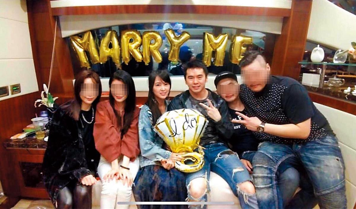 本月11日,林宇輝(右三)在好友見證下向Mini(左三)求婚,結束單身。(讀者提供)