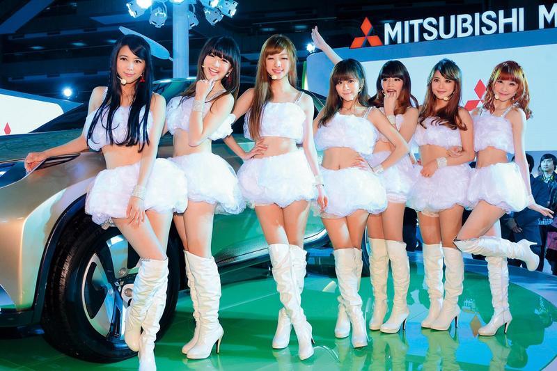 「天氣女孩」由Mini(左一)、Yumi(左三)等人組成,成員們都出身自壹電視新聞台的天氣預報節目《Weather Girls》。(東方IC)