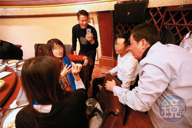 徐乃麟(中)與股東們在北京商談甚歡,還開心在餐廳合影。(當事人提供)