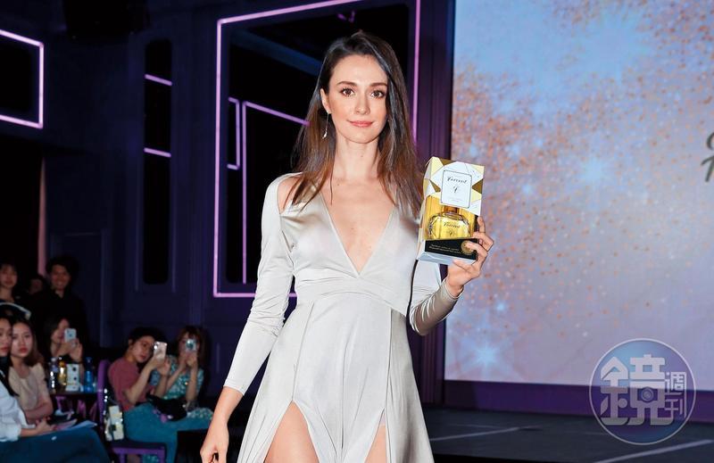 瑞莎「卡陰」卡得恰到好處,一件白色洋裝兩穿,能夠露腿也能變比基尼。
