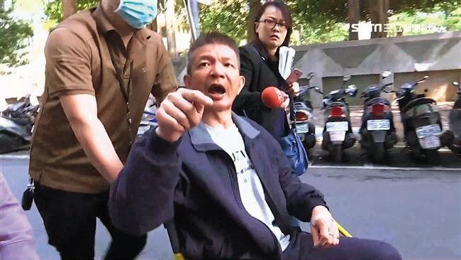 陳世憲一度吞安眠藥企圖以死明志,卻暗中致電法務部恐嚇檢察官,法院審理時又乖乖認罪,行徑判若2人。(翻攝三立新聞)