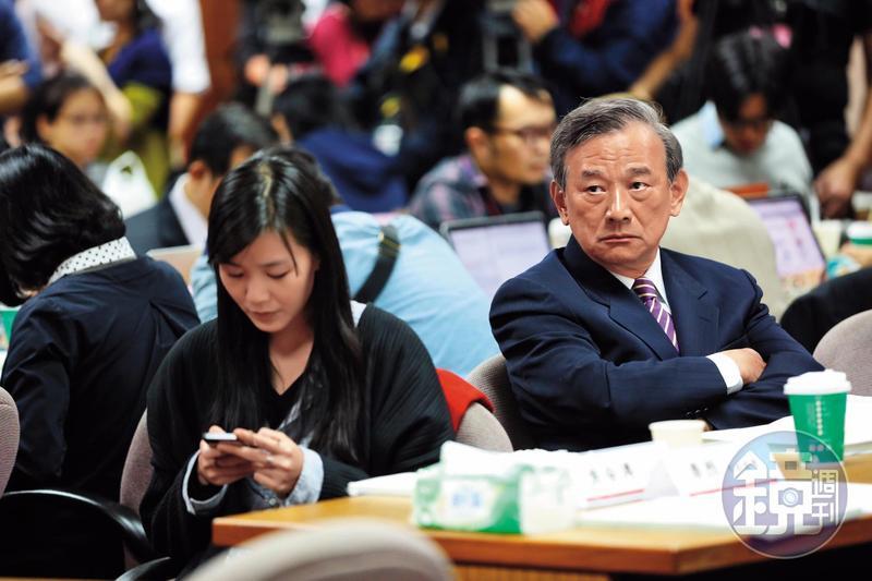 陳明堂(右)嫻熟法案,溝通能力強,藍綠執政都要倚重他的能力,讓他擔任法務部次長達7年,創下記錄。