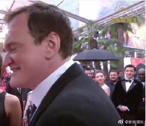 胡歌(右後)偶遇名導昆汀塔倫提諾(左前),兩眼發直,一秒變迷弟。(翻攝自微博)