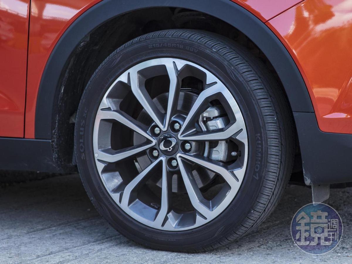 採用「鑽石切割」設計的18吋鋁圈,配胎為215/45R18  Kumho Solus XC。