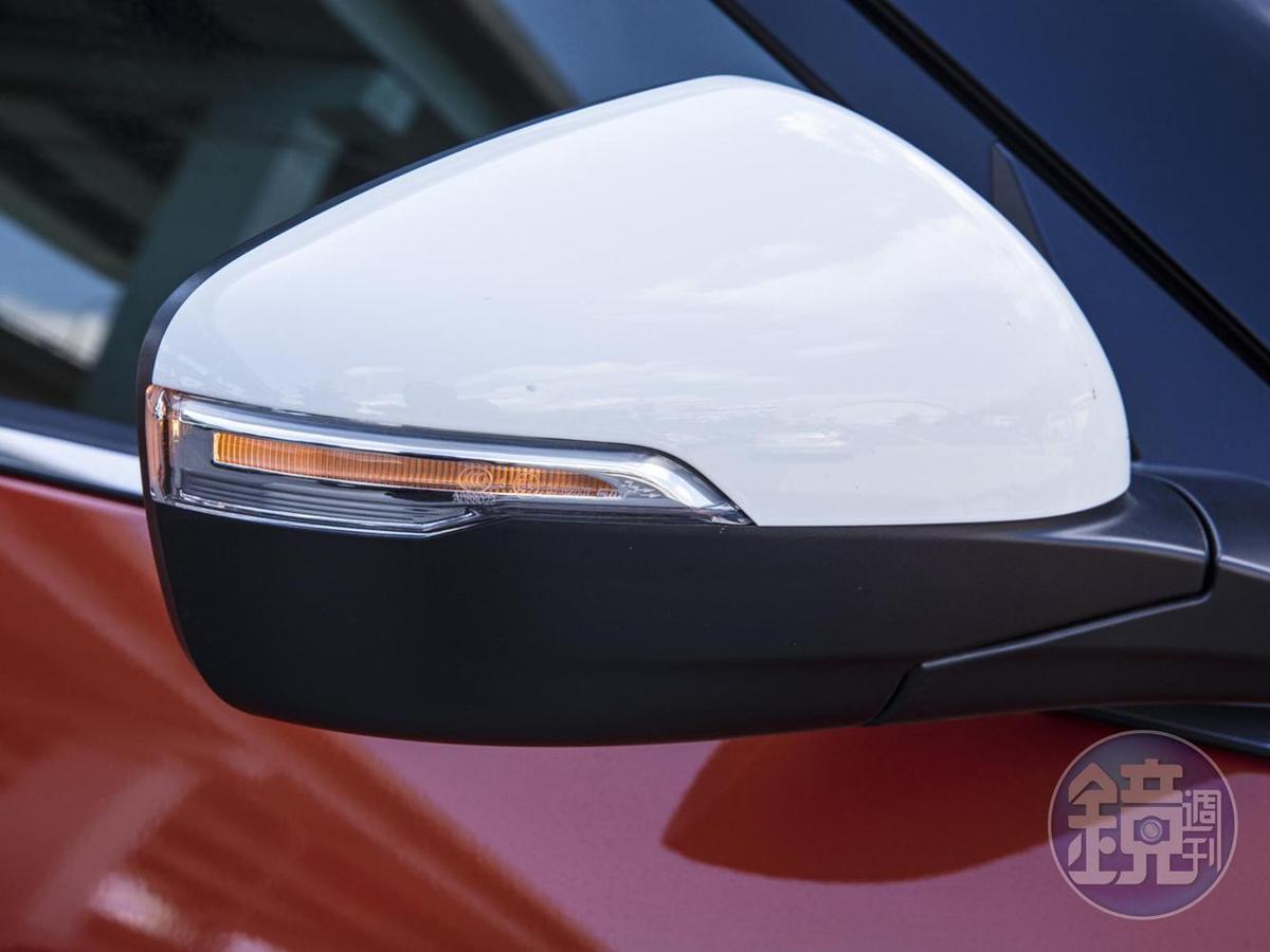 白色後照鏡上部與車頂同色。