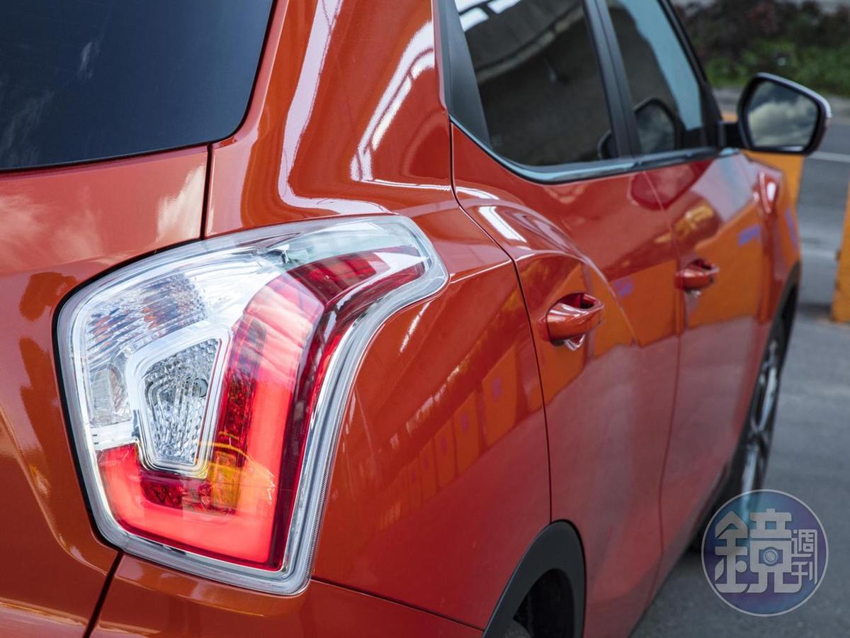 尾燈拉出一道肌肉線條與後門連結。