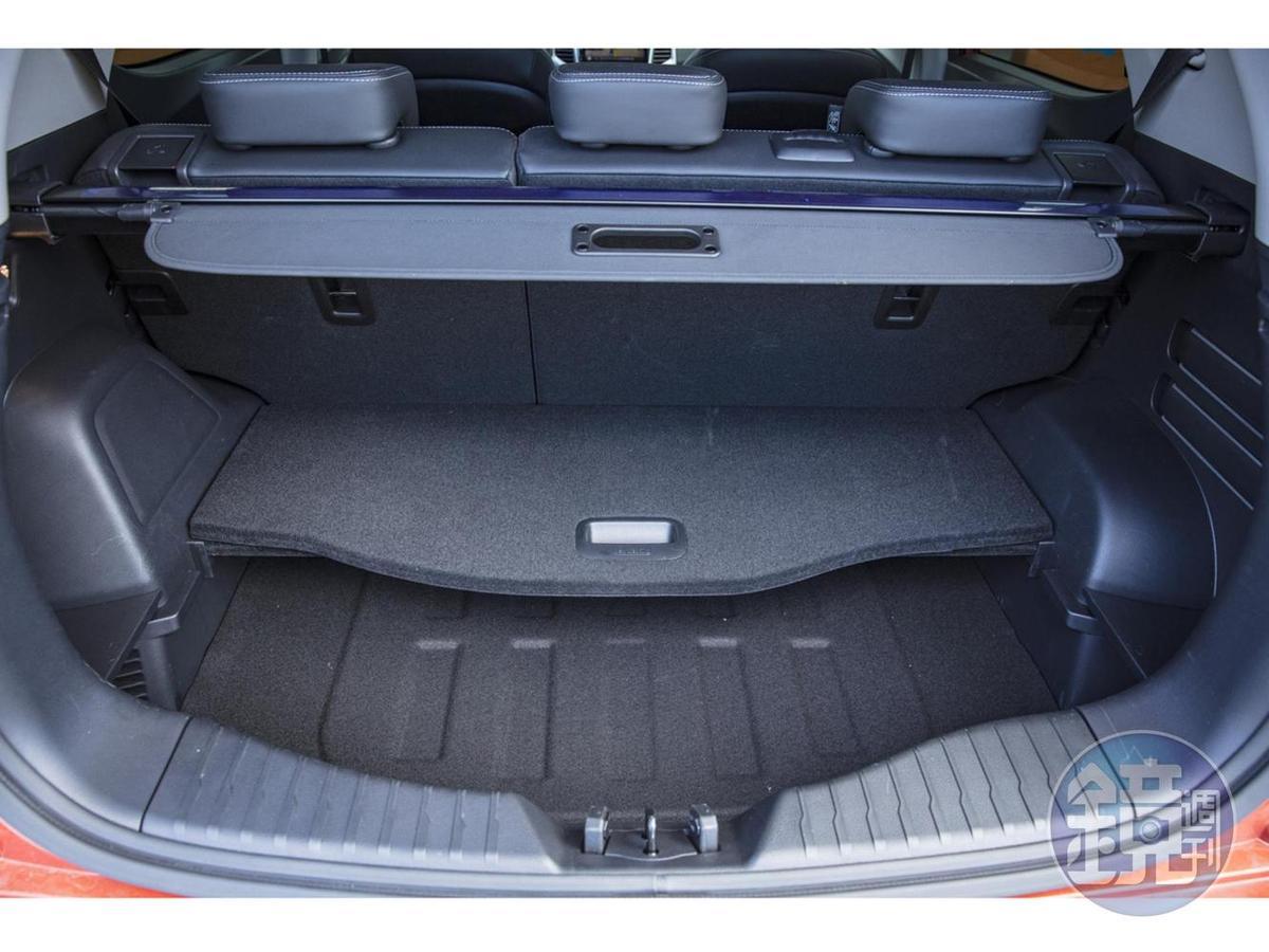 後廂在標準狀態就有高達四二三公升的容積,底板掀起後還可以增加深度。