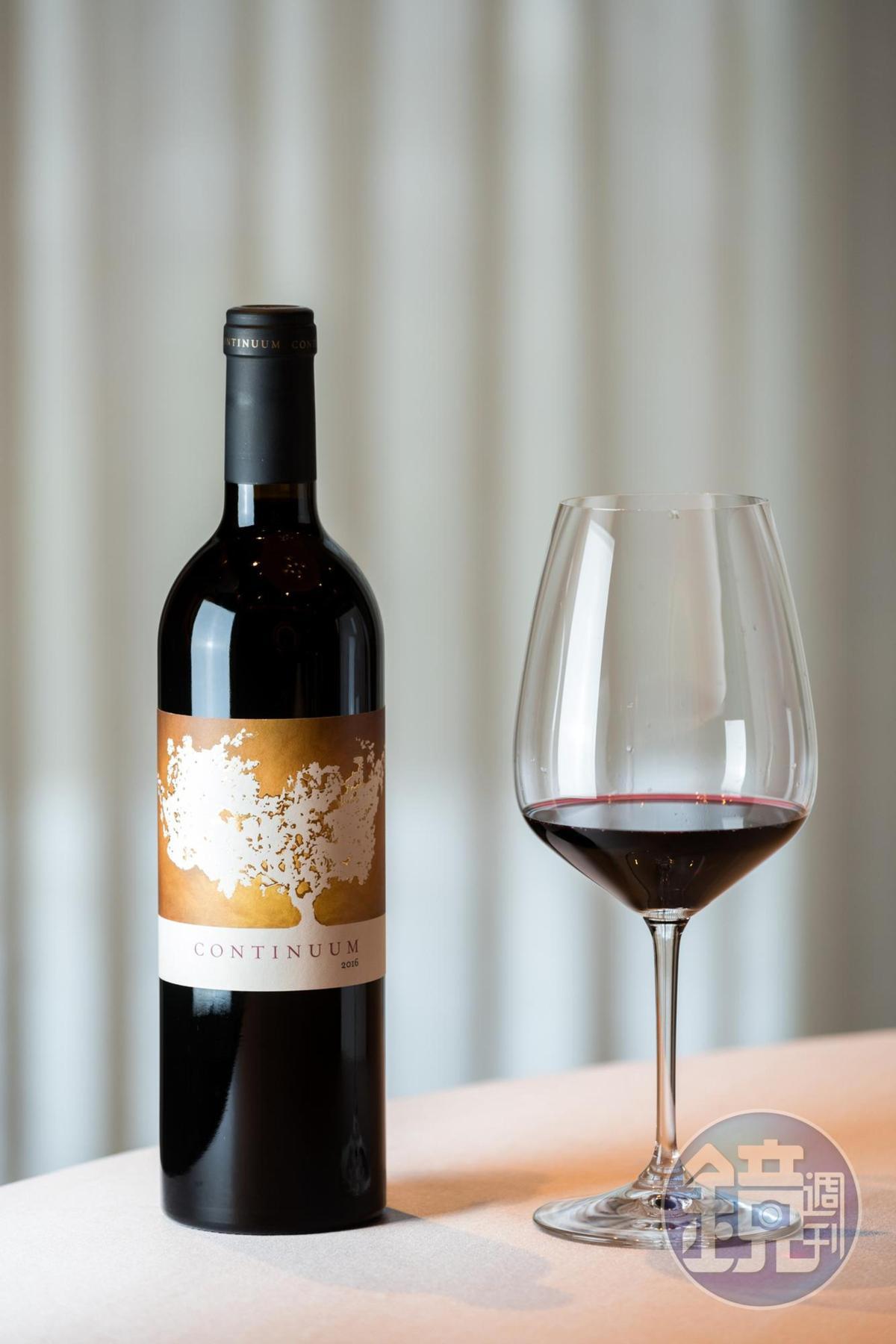 「心傳葡萄紅酒2016」是以卡本內蘇維翁為主的混釀紅酒,2016年份被知名酒評網站Robert Parker給予99分高分。(12,800元 /瓶)
