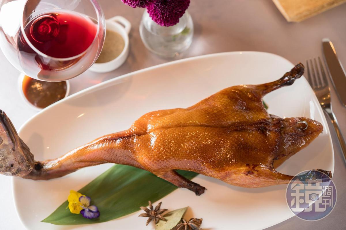 「爐烤迷你櫻桃鴨」特別選一公斤重的鴨,皮脆肉嫩,是「宴客樓」的招牌。(1,200元/份)