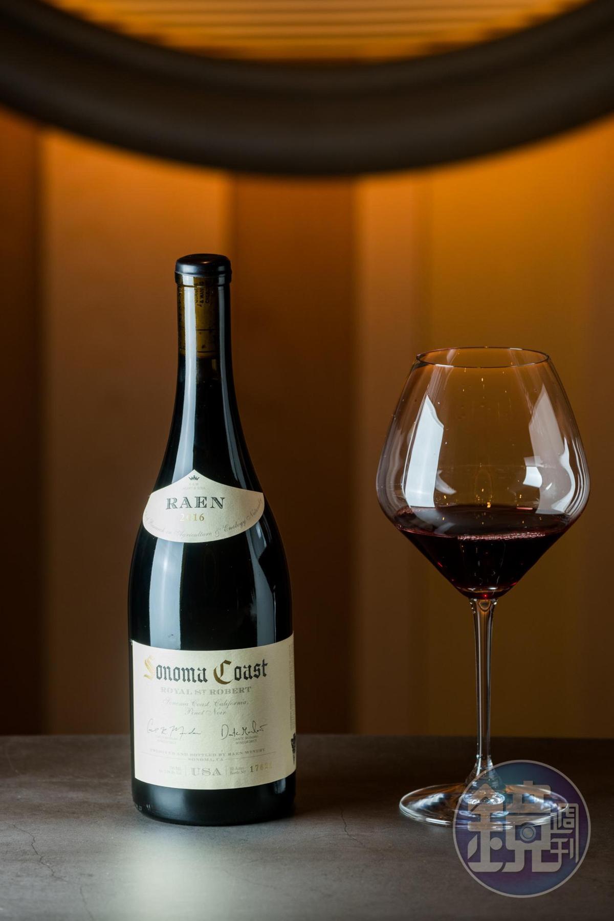 「索諾瑪聖羅伯黑皮諾紅酒2016」是Carlo與Dante獻給他們敬愛的祖父Robert Mondavi的代表作,野莓、櫻桃及玫瑰花瓣的香氣,十分高雅。(3,550元 /瓶)