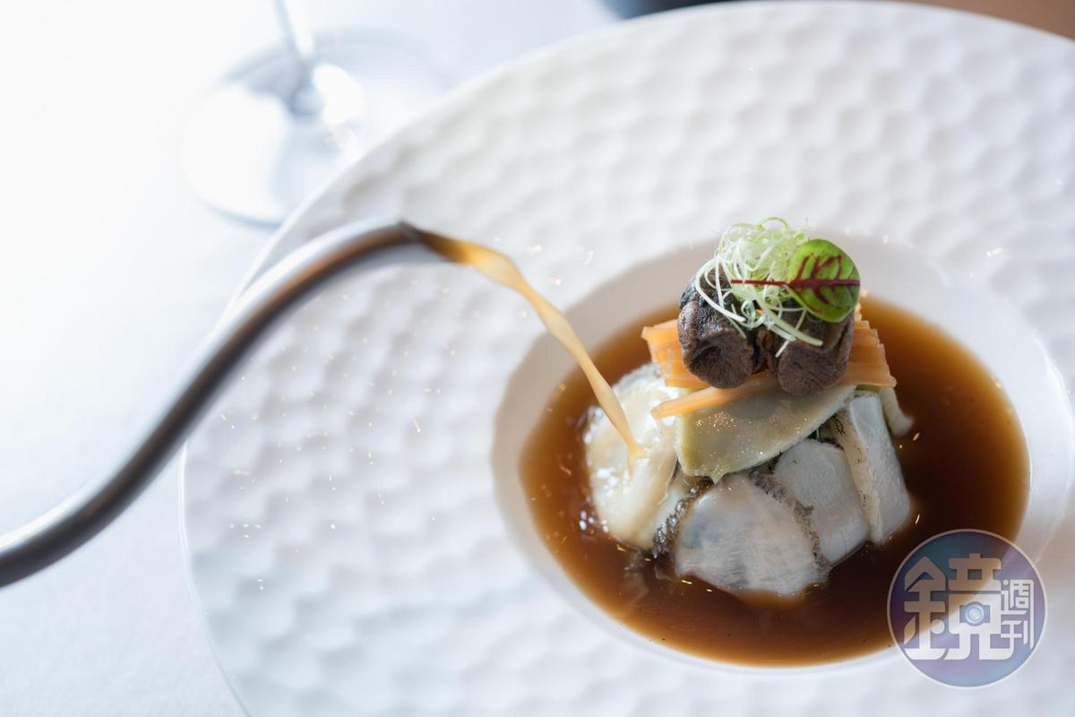 創新酒家菜「魷魚螺肉蒜過橋鮑魚」湯味甘鮮,魚片柔嫩。(580元/份)