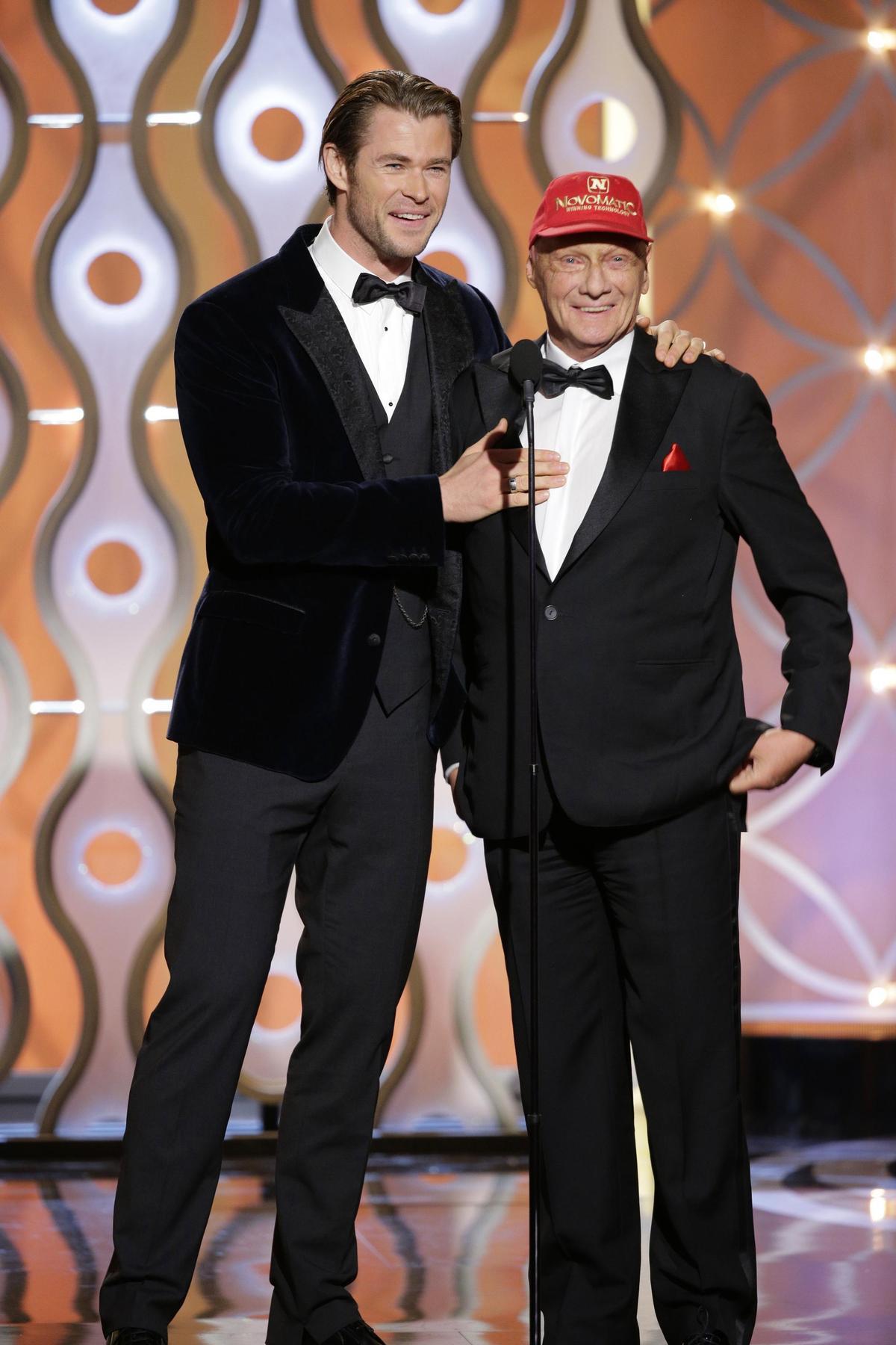 第71屆金球獎勞達(右)與飾演詹姆斯亨特的克里斯漢斯沃(左)上台頒獎。(東方IC)