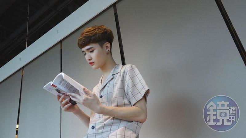 鍾明軒平日的嗜好之一就是讀書,潛入書海,可以忘卻一切煩心事。