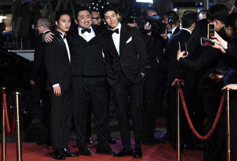 金成圭(左起)、馬東石、金武烈昨踏上坎城影展紅毯,宣傳新片《極惡對決》。(翻攝自Naver)