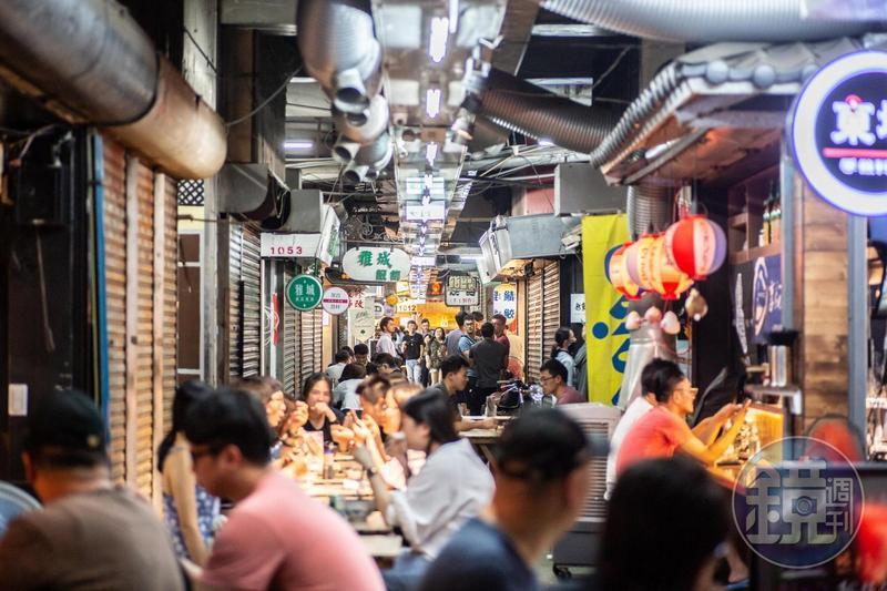 新竹東門市場每到晚上,人聲鼎沸比夜市還熱鬧。