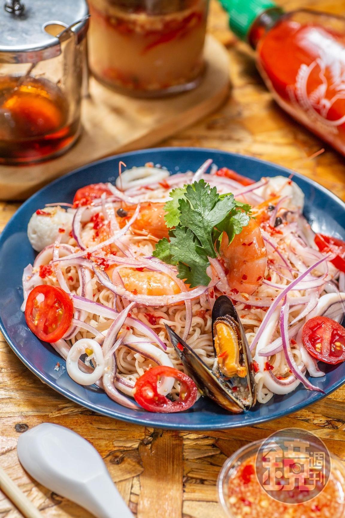 招牌料理「涼拌海鮮炒泡麵」選用新鮮海產入料,竟然也是不辣的。(160元/份)