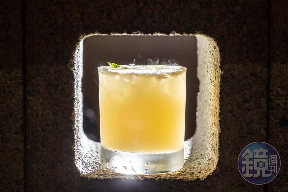 入口酸甜的「Whisky Sour」,很適合當成夜晚的第一杯開胃酒。(200元/杯)