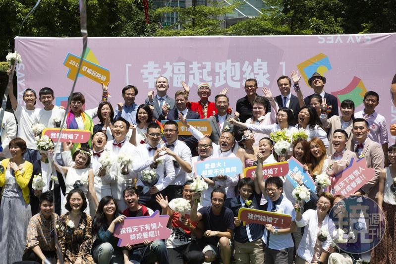 即使國際地位備受打壓,外媒《CNN》對此讚許同婚合法使台灣更為閃耀。