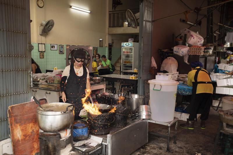 曼谷的痣姐熱炒,是以路邊攤起家、拿下米其林一星的餐廳,現在還是堅持現點現炒。(Netflix提供)